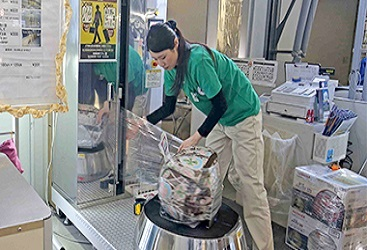 We provide wrapping services to prevent problems with passengers' baggage such as damage or staining, and baggage delivery and temporary storage services.