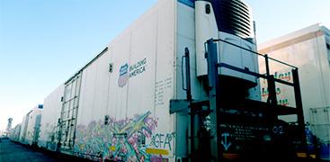 KONOIKE-PACIFIC CALIFORNIA,INC.では、貨車の同時取り扱いが可能な引き込み線を保有。貨車から海上コンテナへの積み替えも大量取り扱い可能。