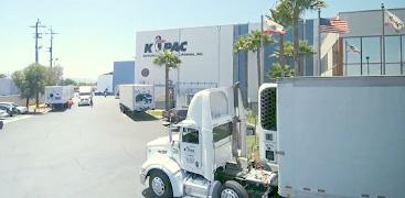 アメリカ(ロサンゼルス)では貨車から海上コンテナへの積み替えが可能。港と倉庫間のコンテナ輸送も一貫して対応。