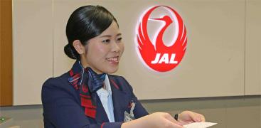 空港内のカウンターやラウンジでの接客業務から、安全運航を支える運航管理業務まで、おもてなしの心と高度な専門知識で対応。