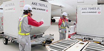 輸出貨物の取り卸しや仕分け、タグ付けなどの搭載準備、飛行中の荷崩れを防ぐ適切な積載などにも対応。