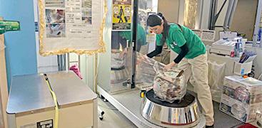 お客さまの手荷物を損傷・汚損などトラブルから守るラッピングサービスや、手荷物の宅配・一時お預かりサービスを提供。