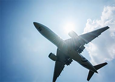 空路を利用した、スピーディな輸送を実現。<br>緊急・突発対応などで実績有り、東京ー福岡間でサービス展開中!