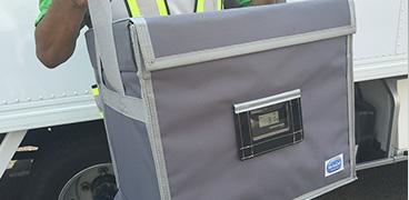 検体・高度治療品の輸送は7温度帯に対応の専用バッグを活用。お客さまの厳しい条件をクリアし、安全・安心の輸送を実現。